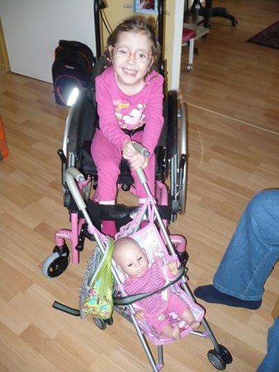 Maruška a její panenka v kočárku